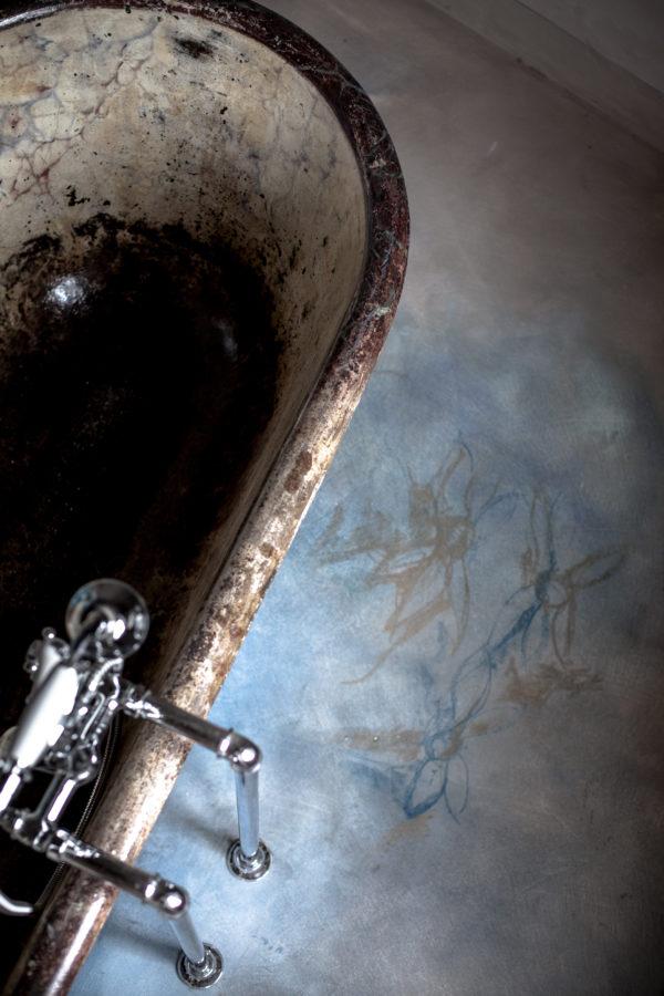 Grazia Lombardi; bagno dipinto; pavimento in resina, calce; pavimento dipinto; muri dipinti; acquerelli; pastelli secchi
