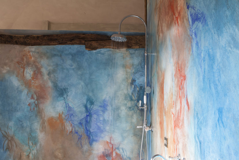 Grazia Lombardi; bagno dipinto; pavimento in resina, calce; pavimento dipinto; muri dipinti